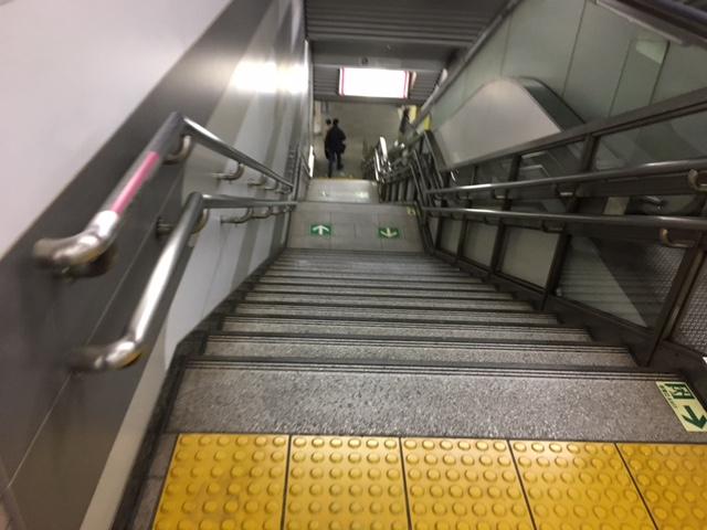 長い階段を下ります