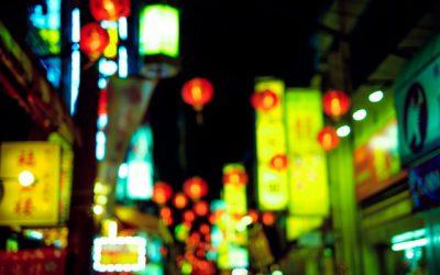ネオンが輝く繁華街
