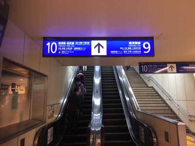 9.10番線エスカレーター、階段前