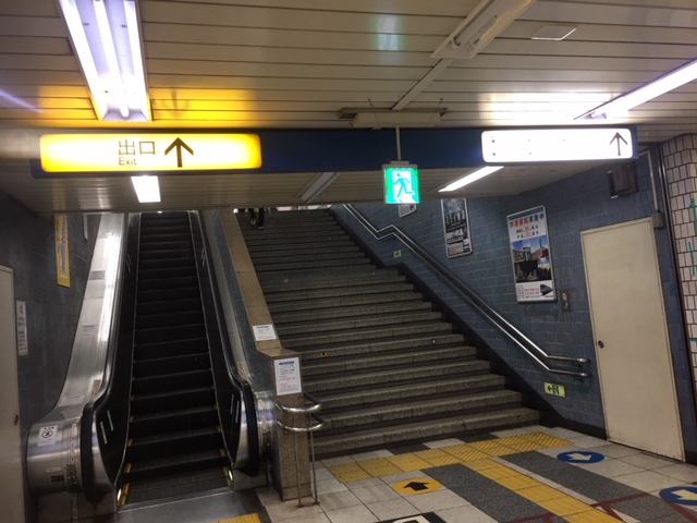 市営地下鉄ブルーライン「横浜駅」の階段、エスカレーター