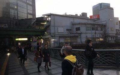 信号を渡り、JR中央総武線の水道橋駅が見えてきました
