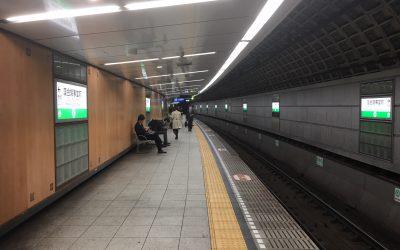 千代田線「国会議事堂前」のホームを歩いております